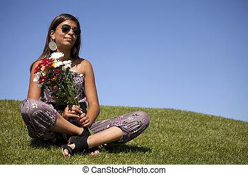 tonåring, med, färska blomstrar