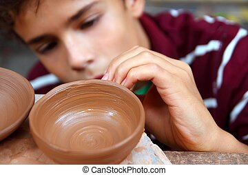 tonåring pojke, lergods, arbete, krukmakare, bunke, verkstad...