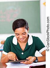 tonåring, skolflicka, användande, kompress, dator, in, klassrum