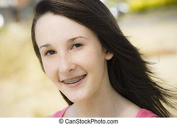 tonåring, stående, leende flicka