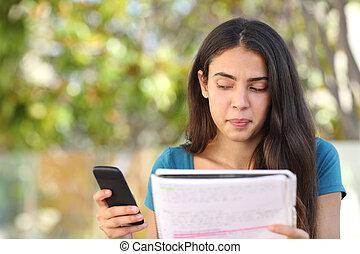 tonåring, student, flicka, titta i sidled, hos, rörlig telefonera, medan, studera