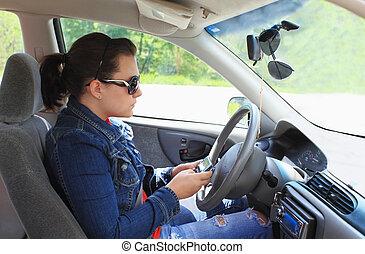 tonåring, texting, medan, drivande