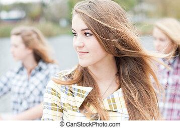tonåring, utbilda flickor, tre, utomhus, vänner, lycklig