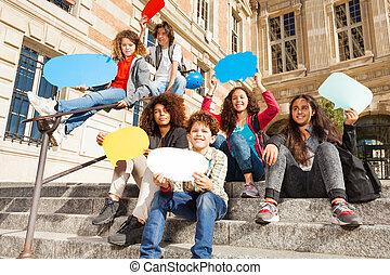 tonårs- flickor, pojkar, anförande, bubblar, lycklig