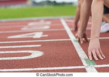 tondu, gens, prêt, courir, piste, champ