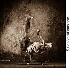 toned, afbeelding, van, jonge man, doen, acrobatisch, bewegingen, op, skateboard