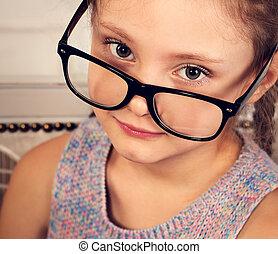 toned, brillen, ouderwetse , looking., closeup, kalm, verticaal, het glimlachen, geitje, meisje, vrolijke