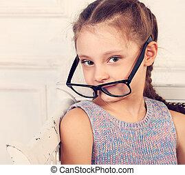 toned, brillen, studio, ouderwetse , looking., closeup, kalm, verticaal, het glimlachen, geitje, meisje, vrolijke