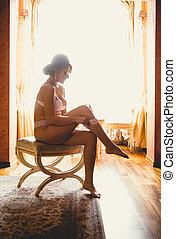 toned, foto, contra, ventana, de, elegante, mujer se sentar sobre el sillón de la presidencia