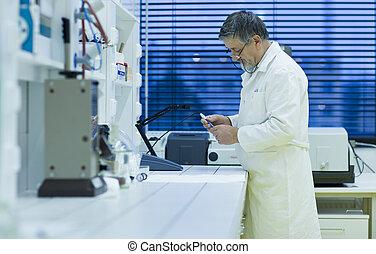 toned, image), científico, investigador, gas, (shallow, laboratorio, investigación, color, dof;, proceso de llevar, chromatograph, utilizar, mayor masculino, afuera