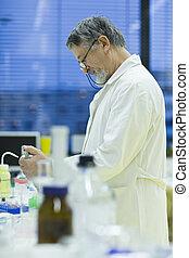 toned, image), scientifico, ricercatore, gas, (shallow, laboratorio, ricerca, colorare, dof;, portante, chromatograph, usando, maschio maggiore, fuori