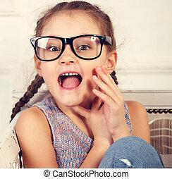 toned, mode, verrassend, ouderwetse , het kijken, brillen, closeup, geitje, verticaal, meisje, mouth., open, aangeslagen gelukkig