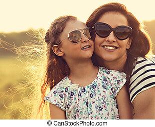 toned, mode, zonnebrillen, haar, natuur, omhelzen, het kijken, achtergrond., closeup, moeder, modieus, verticaal, meisje, geitje, vrolijke