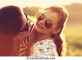 toned, mode, zonnebrillen, haar, natuur, ouderwetse , omhelzen, het kijken, achtergrond., closeup, happiness., moeder, modieus, verticaal, meisje, geitje, vrolijke