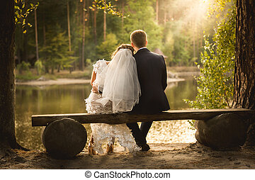 toned, tiro, sentando, par, casado, banco, olhar, pôr do sol, recentemente