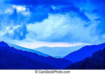 tons azuis, de, a, grandes montanhas esfumaçadas