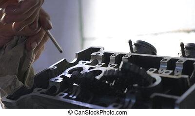 tool., engine., mouvement, ou, entretenir, auto, workshop., voiture, garage, grand plan, utilisation, lent, homme, réparateur, réparation, engagé, mâle, fonctionnement, mains