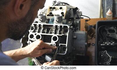 tool., maître, atelier, ou, moteur, auto., entretenir, moteur, attentivement, mécanicien, voiture, regarder, garage, unrecognizable, utilisation, fixation, homme, vehicle., professionnel, réparateur, réparation, engagé, fonctionnement