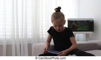 tooth., preschooler, ouvert, portrait, bouche, rigolote, enfant, avoir, home., lait, heureux, sans, agréable, salle, amusement, jouer, girl, tablette