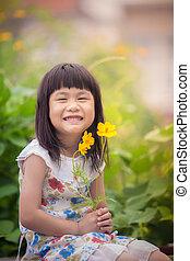toothy, buquê flor, encantador, cosmos, face amarela, retrato, sorrindo, mão, menina