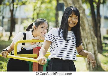 toothy, relaxante, adolescente, rosto, asiático, sorrindo, crianças, pátio recreio