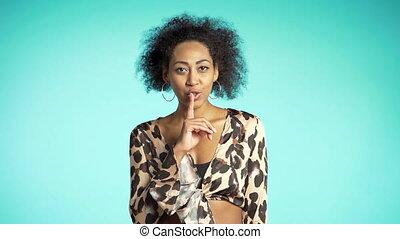 top secret, elle, femme, silence., sur, lèvres, arrière-plan., tenue, geste, américain africain, bleu, doigt, shhh