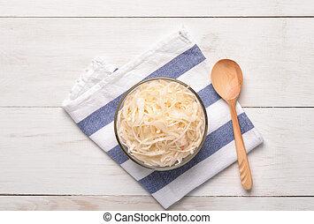 top udsigt, i, sauerkraut, ind, glas skål, på, træagtig tabel
