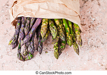 Top view close up of bunch of fresh asparagus spears in the ...