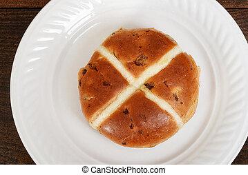 hot cross bun with raisins