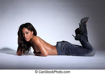 topless, afrikaanse amerikaanse vrouw, het liggen, in, jeans
