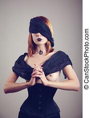 topless, mujer joven, rezando