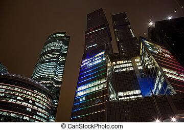 topo, chãos, de, modernos, edifício escritório, à noite, arranha-céu, em, moscou, foreshortening, de, abaixo