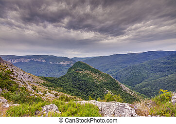 topo montanha, com, escuro, céu dramático
