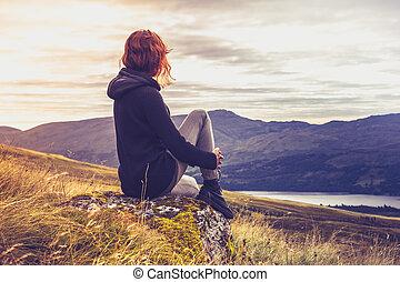 topo montanha, mulher, pôr do sol, admirar