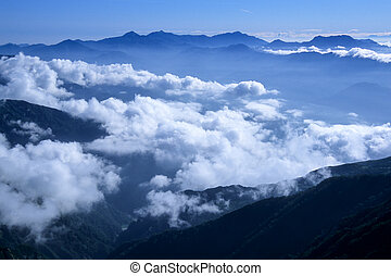 topo montanha, nuvens, mar