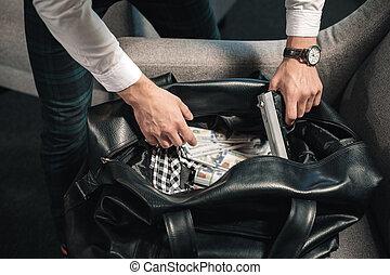 topp se, av, brottsling, holdingen, gevär, in, hans, hand, stöld, väska, fyllda, av, pengar