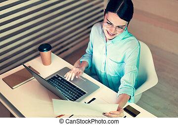 topp se, av, nätt, kontorsarbetare, läsning, a, utskrift