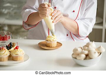 topping, arriba, cupcake, manos, cierre, crema