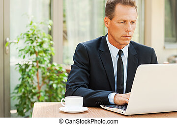toque, trabalhando, sentando,  always,  laptop, pensativo,  Formalwear, enquanto, maduras, Ao ar livre, tabela, ele, homem