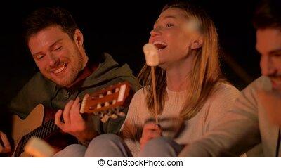 torréfaction, guimauve, jouer, amis, guitare