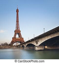 torre eiffel, encima, cielo azul, en, ocaso, paris., francia