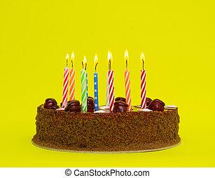 torta de cumpleaños, con, velas, en, fondo amarillo