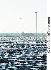 toscana, italien, -, 27, june:, neu , autos, geparkt, an, austeilung mitte, in, toscana, italy., dieser, eins, von, größten, verteilung, mitten, in, italy.