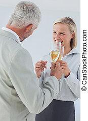 tostare, partner affari, champagne, felice