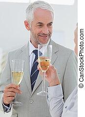 tostare, partner affari, sorridente, champagne