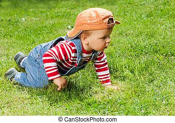 totyogó kisgyerek, kert, csúszó