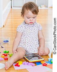 totyogó kisgyerek, leány, használ, egy, tabletta, számítógép