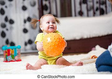 totyogó kisgyerek, leány, játék, noha, labda, szobai