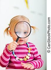 totyogó kisgyerek, leány, külső through, nagyítóüveg
