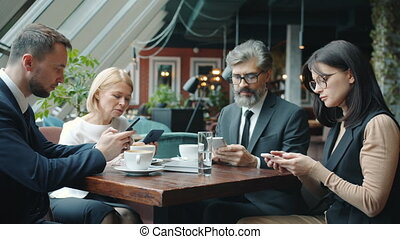 toucher, écran, groupe, femmes, smartphones, utilisation, café, hommes, table, business